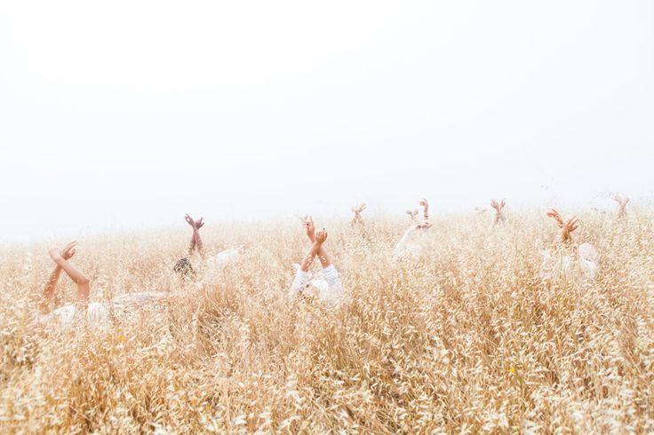 Junek fotografia folla ragazze studio umanità hippy paesaggio nebbioso | Lancia TrendVisions