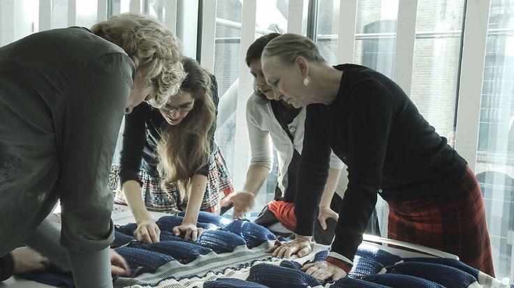 Ontwerper Petra Blaisse, oprichter van Studio Inside Outside, is geen onbekende in het gebruik van textiel in de architectuur. Ze droomde er jarenlang van om met textiel zonne-energie om te zetten in plaats van te blokkeren.
