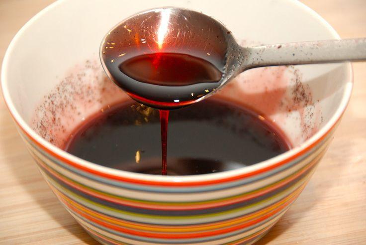 Opskrift på den bedste og hjemmelavede solbær sirup, der blot kræver tre ingredienser. Solbærsirup laves på solbærsaft. Til solbær sirup skal du bruge: 3 deciliter solbærsaft, evt. fra Bornholms Mo…