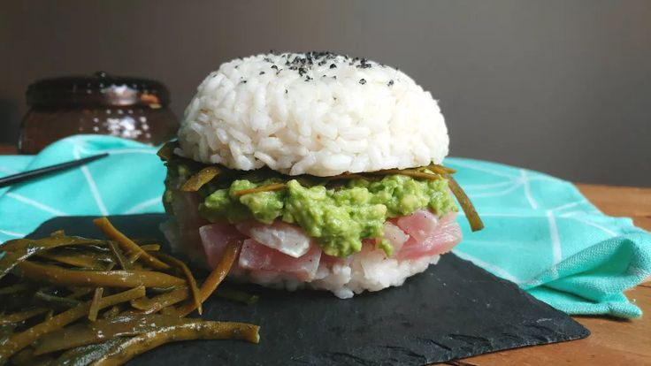 Sushi burger met verse tonijn en avocado