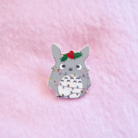 Totoro+is+extra+lovable+during+the+holidays! ♡+Hard+Enamel+Pin ♡+1.25+inches+by+1+inch ♡+Silver+Butterfly+Clutch+Backing+ Pins+can+be+placed+pretty+much+everywhere!+They+make+adorable+additions+to+hats,+backpacks,+fanny+packs,+jackets,+and+more!+♡