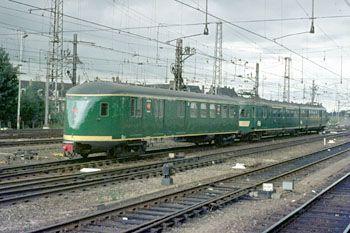 Utrecht, 26 juli 1972. Treinstel 237 met Pec 936. De aanduiding Pec betekent: P=post, e=elektrisch stroomlijnmaterieel, c=closet (er was dus een wc aan boord).