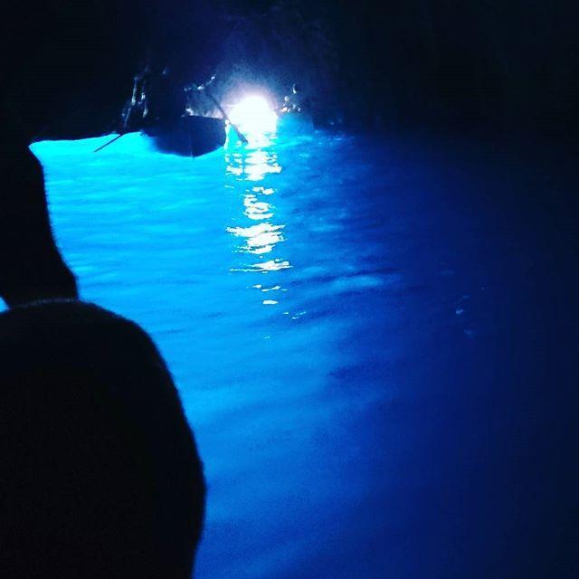 【taira7544】さんのInstagramをピンしています。 《思い出No.5  #イタリア #青の洞窟 #カプリ島 #青 #blue #海 #見れるかどうかは運次第 #夏の方が確率高い #中に入る時ちょっと怖い #ボート漕ぐ人が変な歌唄う #絶景 #海外旅行 #思い出》