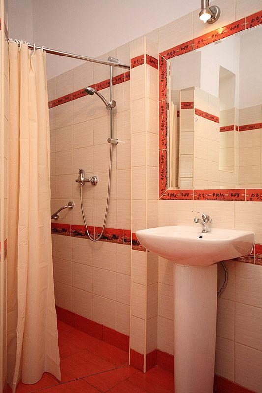 Łazienka w apartamencie szlacheckim III w samym centrum Krakowa, kilkaset metrum od Rynku Głównego. http://apartamenty-florian.pl