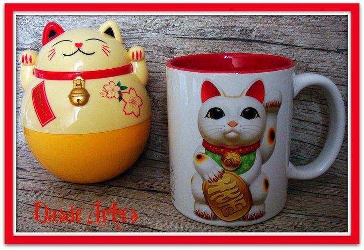 """CANECA MANEKI NEKO - GATO DA SORTE  * A caneca tem o gato com a pata levantada direita e esquerda!  No Japão, o gato da sorte é conhecido como """"Maneki Neko"""". Este gato é um amuleto de boa sorte e felicidade, que tem a função de proteger sua família e trazer prosperidade aos negócios. Ele é representado como um gato sentado com uma das patinhas erguidas, como se estivesse fazendo o típico gesto japonês para chamar as pessoas.   Significado das Variações  :: Pata esquerda erguida: chama…"""