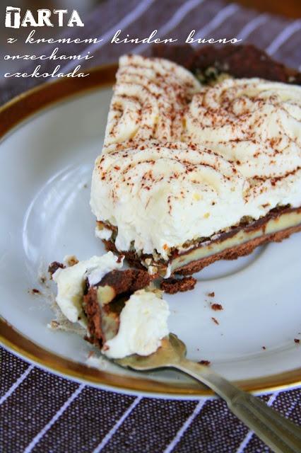 Tarta czekoladowa z kremem kinder bueno, orzechami oraz bitą śmietaną.