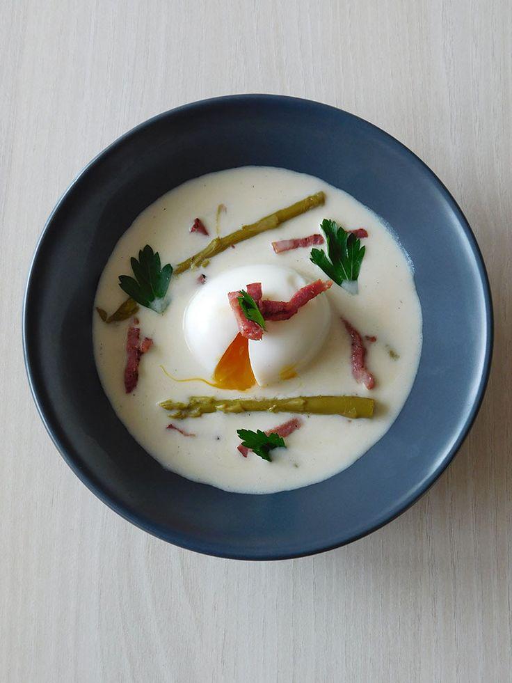 Crème d'asperges blanches au parmesan et son oeuf mollet