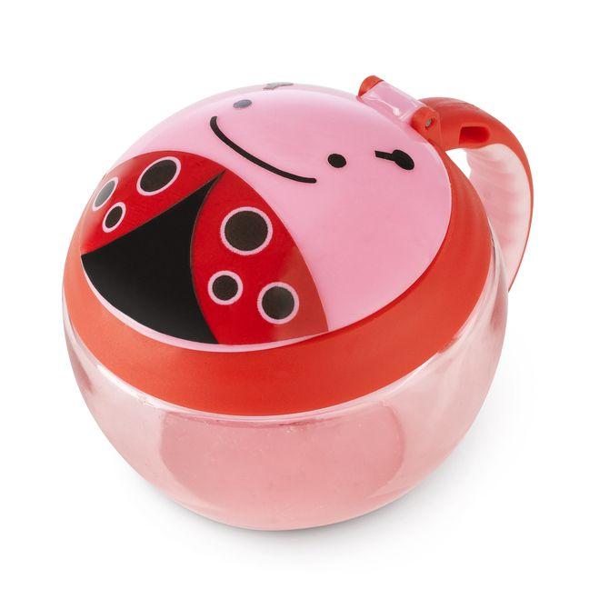 Snack Cup czyli Kubek Niewysypek od Skip Hopa to kapitalny gadżet dla małych głodomorków. Główną zaletą kubeczka jest magiczna przykrywka, która została zaprojektowana w taki sposób, by Dziecko mogło samodzielnie wyciągnąć z kubeczka smaczne przekąski bez rozsypywania wszystkiego wokół!