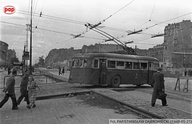 Trolejbus Vetra typu VBRh w alei Sikorskiego (róg ul. Brackiej) przejeżdżający przez prowizoryczne tory tramwajowe. Warszawa, 1948 r.