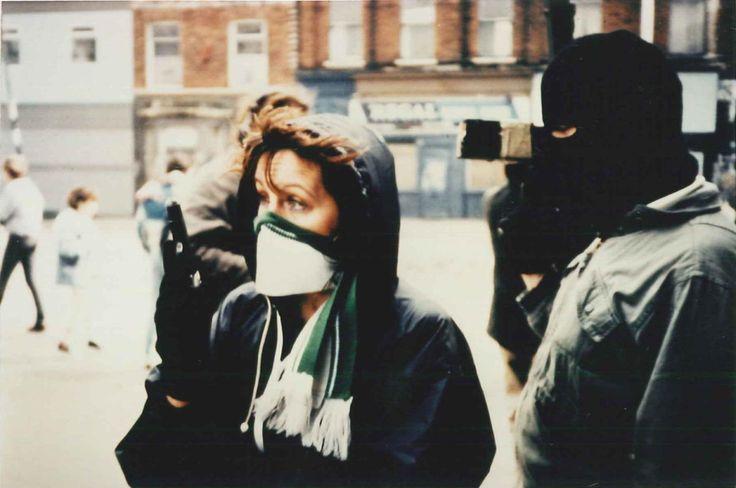 """Guerre et paix en Irlande - Arthur Mac Caig 1998 -- """"Retrace l'histoire du conflit en Irlande du Nord depuis 1968 jusqu'à nos jours. Évoque principalement la naissance du Mouvement des Droits Civiques, une guerre longue & coûteuse, la mise en place du processus de paix, qui aboutit aux 2 cessez-le-feu de l'IRA, puis aux actuelles négociations qui réunissent aujourd'hui tous les partis & offrent au peuple la meilleure chance de paix qu'il ait connue depuis des générations."""""""