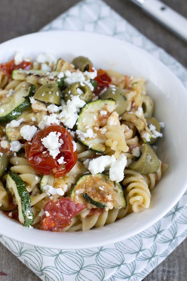 Een makkelijk zomergerecht dat is deze Griekse pasta met knoflooktomaatjes. De laatste tijd merk ik dat ik steeds meer van het gemakkelijk koken ben. Ik heb niet altijd zin om lang in de keuken te staan, ook niet als ik er tijd voor heb. Het is een periode, meestal krijg ik daarna juist weer zin... LEES MEER...