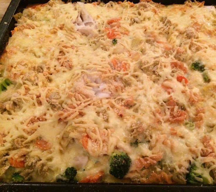 #torsk i #langpanne!! Passer vår storfamilieKjempegod og enkel #glutenfri #hverdagsmiddag  stor hit hos alle her!! #namnam   #middag#middagstips#fisk#godfisk#glutenfree#lactosefree#laktosefri#dinner#healthyliving#glutenfreelife!! Oppskrift:  2 pk frossen torskefilet biter Enten 2 pk med frossen grønnsaker wok blanding eller kutte de grønnsakene du har i kjøleskapet!! Fordel fisk og grønnsaker i smurt langpanne  Hell over blanding av 6 egg 4 ss maisenna 7 dl laktosefri melk Pepper Muskatnøtt…