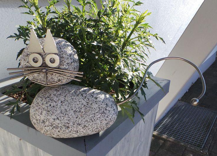 Gartenfiguren - Katze - Edelstahl/Granit - ein Designerstück von Heckel-Kreativ. Niedliche Katze - ideal für den Garten-/Teichbereich. Hochwertig verarbeitet aus ausgesuchten Granitsteinen und Edelstahl V2A. Höhe ca. 18 cm. Breite ca. 16 cm ohne Schwanz gemessen