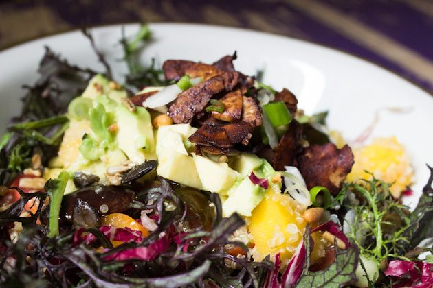 Quinoa- Riesenbohnen- Salat mit Mango & Coconut Bacon
