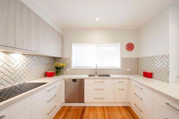 cuisine en U blanche et grise avec fenêtre et crédence originale