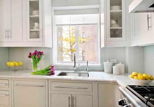 Bright & airy: Kitchens Interiors, Glasses Tile, Contemporary Kitchens, Interiors Design Kitchens, Airy Kitchens, White Cabinets, Kitchens Cabinets, White Tops, White Kitchens