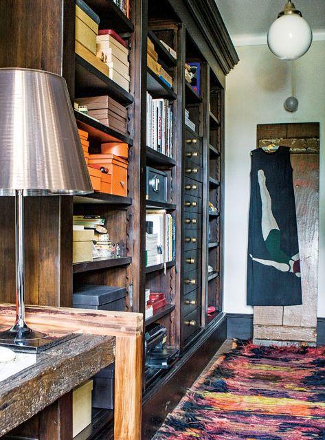 Escritorio de una casona con alfombra turca y gran mueble de madera oscura con cajones y estantes de almacenamiento.