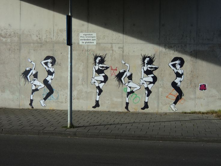 """Dancing Girls plakposters ter gelegenheid van de 20e Dance Valley op 2-8-14 (locatie viaduct Friesestraatweg ter hoogte Plataanlaan). Leuk detail: het bordje """"verboden aan te plakken""""."""