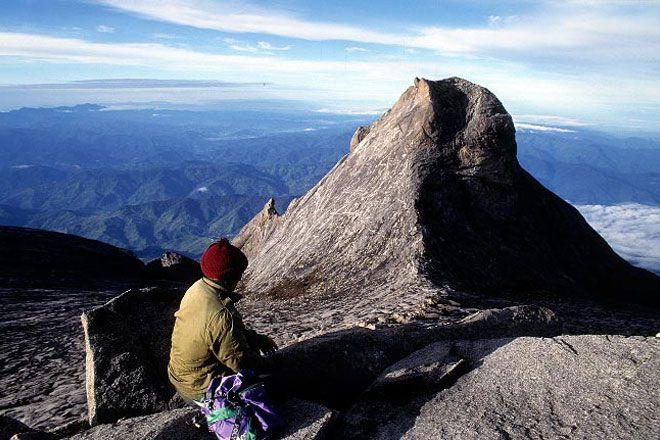 Reportagem sobre a subida ao monte Kinabalu, não muito longe de Kota Kinabalu, a capital do estado de Sabah, na parte malaia do Bornéu.