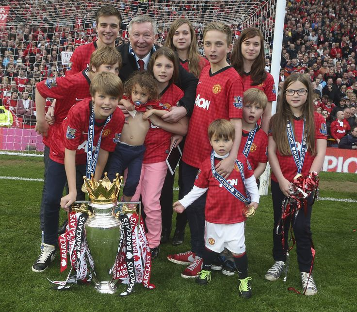 The great Sir Alex Ferguson is joined by his 12 grandchildren during @manutd's 20th title celebrations.