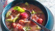 Zuerst wird Zitronensaft, Apfelsaft und Johannisbeersaft mit Stärke aufgekocht. Dann gibt man die Stachelbeeren und Kiwis dazu. Vor dem Servieren wird das Dessert mit Eiswürfeln und Bananensaft vollendet und mit Minze verziert: Stachelbeer-Kaltschale mit Kiwi   http://eatsmarter.de/rezepte/stachelbeer-kaltschale-mit-kiwi