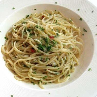 Špagety uvaříme v osolené vodě, scedíme a necháme okapat. Prolisovaný česnek…