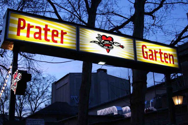 (Berlín) Quien llega a Berlín no puede dejar de vivir la experiencia de probar una buena pinta de cerveza tirada. La ciudad desborda en bares pintorescos para llevar a cabo esta tradición germana. Aquí, le contamos sobre algunos de ellos. Prater Garten. La cervecería más antigua de Berlín al aire libre. Kastanienallee 7. Golgatha. Cervecería …