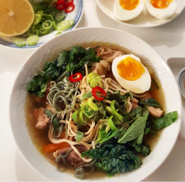 Misosuppe er en super trendy næringsrik japansk suppe som inneholder miso, en pasta av bl.a soyabønner . Hvis miso er litt vanskelig å få tak i sålager du suppenuten misopastaen, men med tilbehør…