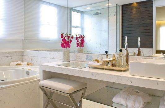 bancada de maquiagem sonho no banheiro em marmore pigues e espelhos na parede com banheira redonda e cuba de sobrepor da deca. a baqueta de inox deu um charme extra! Projeto de Fernanda Marques