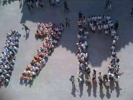 """Flash-mob degli studenti in Piazza Duomo, aprile 2013. 170° anniversario dell'istituzione della Scuola d'arte di Pietrasanta, oggi Liceo artistico """"Stagio Stagi""""."""