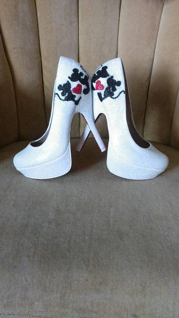 € 117.15 Mini and Mickey mouse fan art heels. Sizes 5.5-11. Custom hand painted and sealed. Tall heels . Short heels. Bridal shoes. Mini mouse.