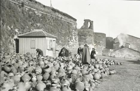 ::RMA fotografiando un mercado de productos de cerámica en la parte exterior de la Muralla de Lugo. Lugo, 19 de enero de 1925. Archivo Hispanic Society