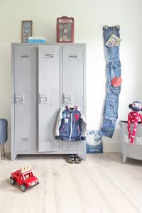 Stoere jongenskamer met houten locker en DIY jeansopbergzakken. #metamorfose…