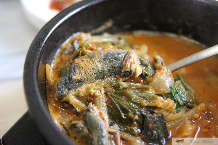 Jjangttungeo tang is made by boiling fillet with spice, unlike loach soup which boils grinded fish. What's good about jjangttungeo tang is that it has no fishy smell. The soup goes well with soju (distilled liquor made from grains). One could have a try when you tour to Korea.