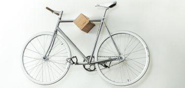 Elegante fietswandsteun van rode eik is een must have - Manners Magazine