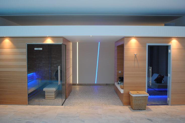 Sauna en stoomcabine met verlaagd plafond, brengt extra intimiteit in de wellnessruimte.