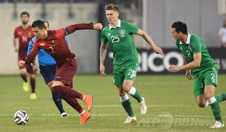 サッカー国際親善試合、アイルランド対ポルトガル。ドリブルでボールを運ぶポルトガルのクリスティアーノ・ロナウド(Cristiano Ronaldo、左、2014年6月10日撮影)。(c)AFP/Stan HONDA ▼11Jun2014AFP|ポルトガルがアイルランドに大勝、ロナウドも出場 http://www.afpbb.com/articles/-/3017363 #Cristiano_Ronaldo