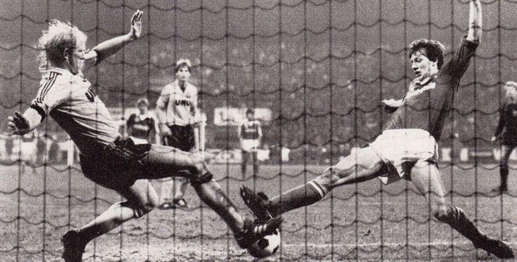 Rolf Rüssmann y Frank Neubarth disputan el balón durante el Werder Bremen y Borussia Dortmund, (imagen de Fussball Magazine de Noviembre de 1984).
