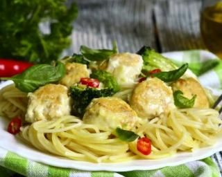 Spaghettis au brocoli et boulettes de poulet légères : http://www.fourchette-et-bikini.fr/recettes/recettes-minceur/spaghettis-au-brocoli-et-boulettes-de-poulet-legeres.html