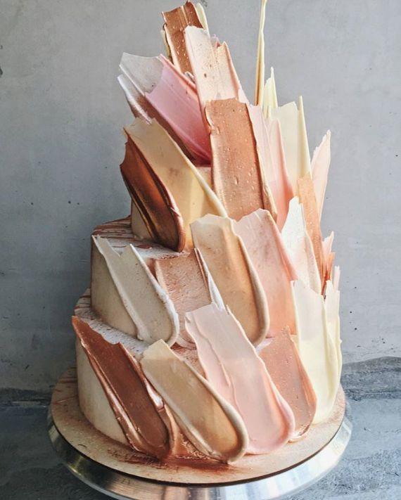 Der Pinselstrich-Stift backt moderne Hochzeitshochzeitstrend-Hochzeitstorte zusammen   – Schokoladen Hochzeitstorte