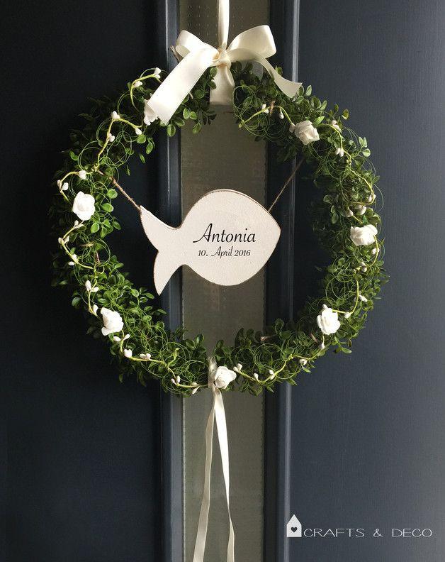 Wunderschöne Türkranz aus Kuntsstoff-Buchsbaum. Eine Tafel in Fischform hängt in der Mitte, die individuell beschriftet werden kann (Handgemalt). Die Schleife zum Aufhängen ist in creme-weiß...