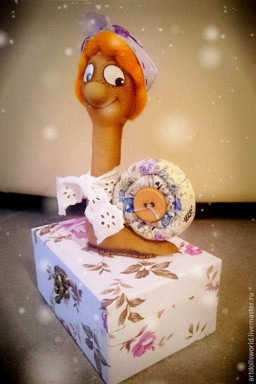 Купить Интерьерная шкатулка с текстильной куклой Улиткой Тильда - разноцветный, улитка, тильда, коробочка