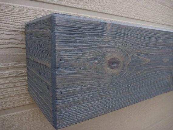Manteau de cheminée Flottant étagère Cheminée rustique Manteau en bois Étagère murale rustique Manteau de foyer au bois finition robuste. L'air d'une poutre solide. Fait en bois, avec tache d'un gris et finition vernis incolore. Poids léger et facile à installer, voir la photo 5 à titre de référence. Mesures: 60 Long x 5,5 de haut x 5.5 profond Nous pouvons le faire dans n'importe quelle couleur et la taille. Design original par WPB Custom boiseries! Les couleurs peuvent varier sur dif...