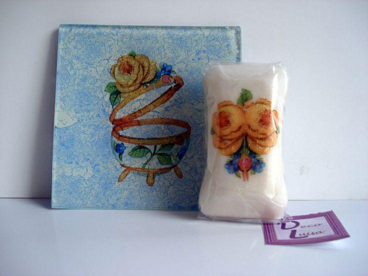 Bandeja vaciabolsillo de 10 x 10 cm.. y jabón a juego de 60 gr. decorados con decoupage.