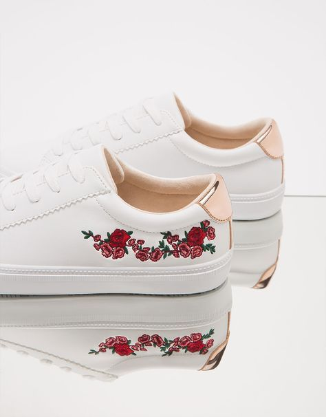 Zapatilla bordado flores detalle metalizado. Descubre ésta y muchas otras prendas en Bershka con nuevos productos cada semana