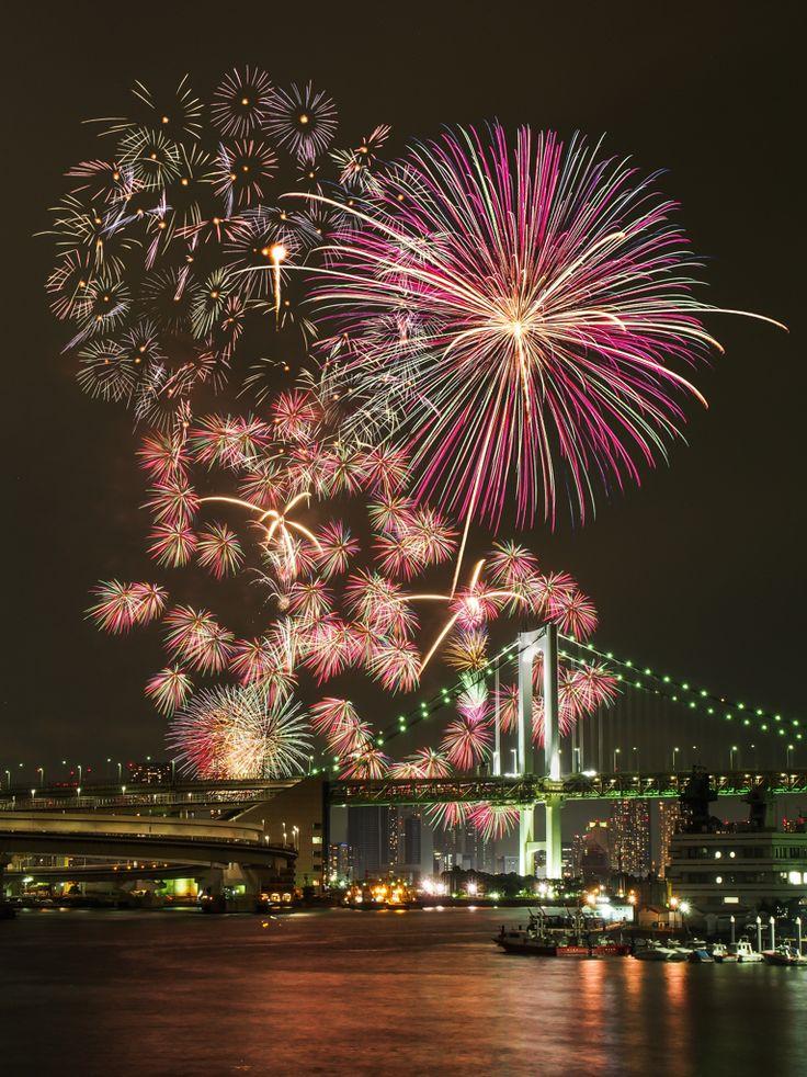 Fireworks over the Rainbow Bridge, Tokyo, Japan 東京湾の華