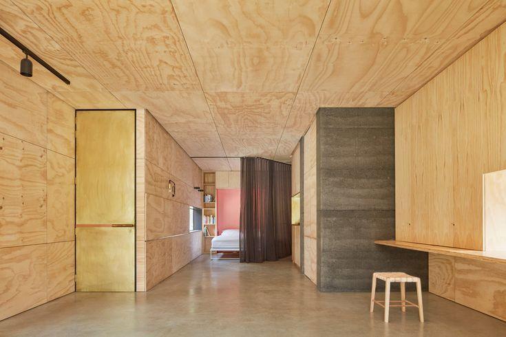 Благодаря откидной кровати Мерфи и ширме в комнате легко появляется спальня.  (современный,минимализм,архитектура,дизайн,экстерьер,интерьер,дизайн интерьера,мебель,маленький дом,жилая комната,гостиная,дизайн гостиной,интерьер гостиной,мебель для гостиной,спальня,дизайн спальни,интерьер спальни) .