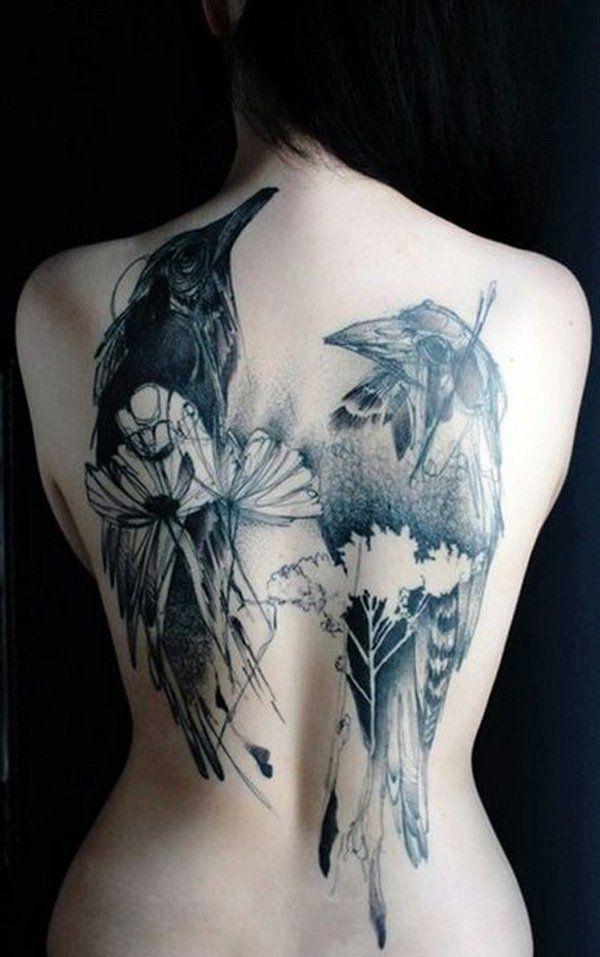 Motif de tattoo sur le dos corbeau