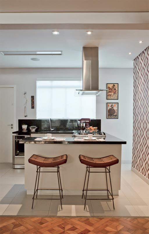Reforma trouxe ar de casa para o apartamento antigo da designer Adriana Chamma / Suqui Lopez #kitchen #cozinha