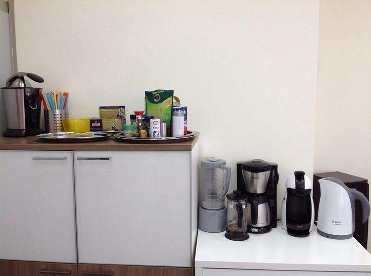 Чай/кофе также включены в стоимость 20.000руб/мес рабочего места в Москва-сити. Как, впрочем и переговорная комната! :)